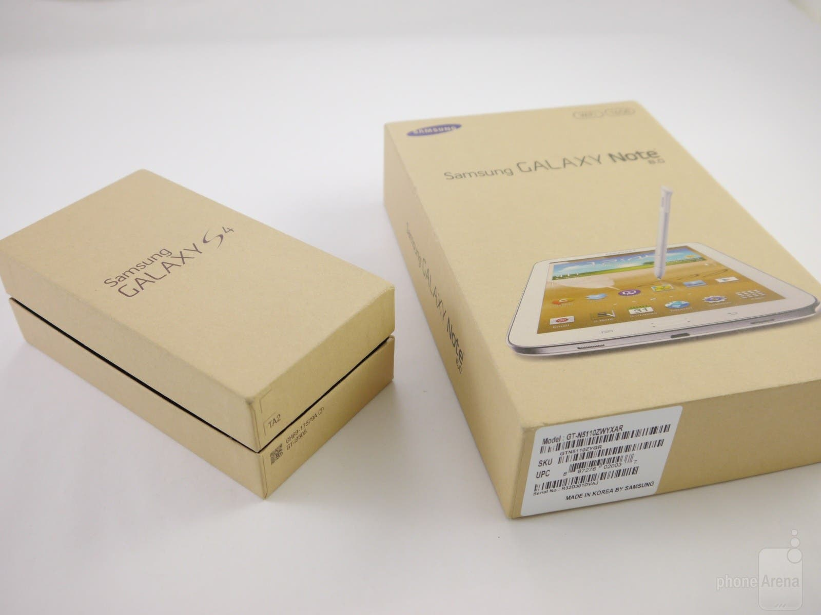 The-retail-boxes-of-the-Galaxy-S4-and-Galaxy-Note-8.0