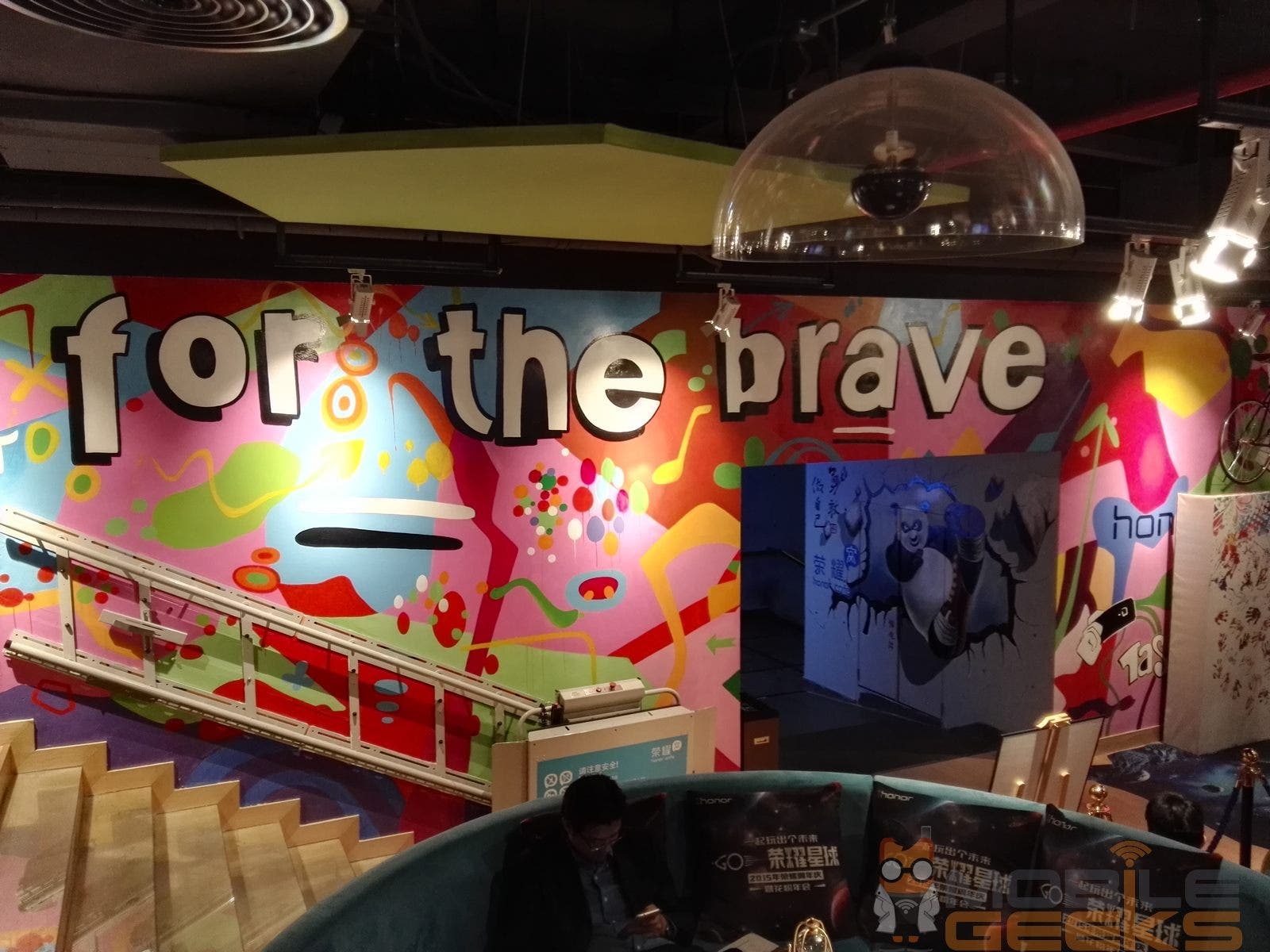 For the Brave-Kulisse im Honor Cafe