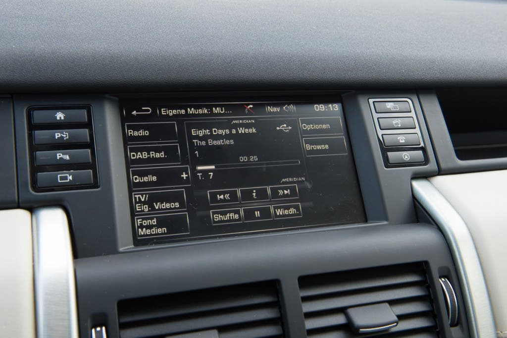 2015-Land-Rover-Discovery-Sport-Infotainment-02