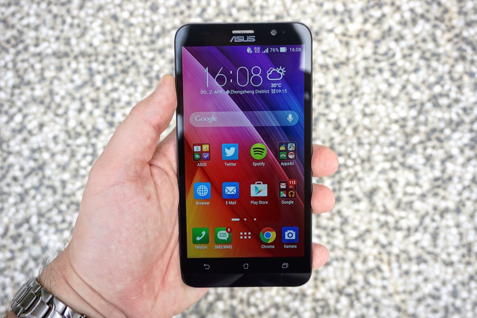 ASUS Zenfone 2 ZE551ML in der Hand