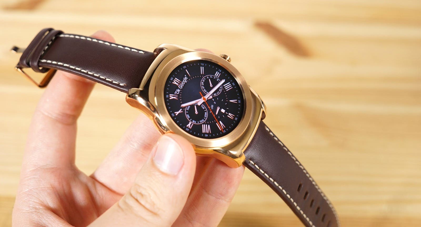 LG Watch Urbane in pink Gold in der Hand