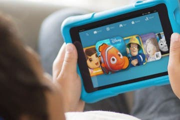 Kind hält Amazon Fire HD Kids Edition