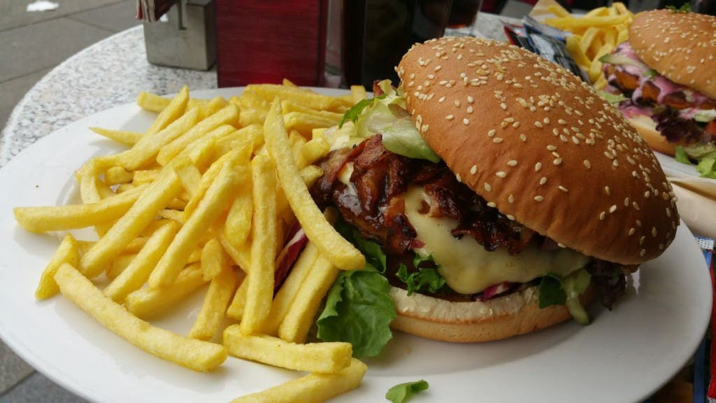 Bacon Cheeseburger mit Pommes